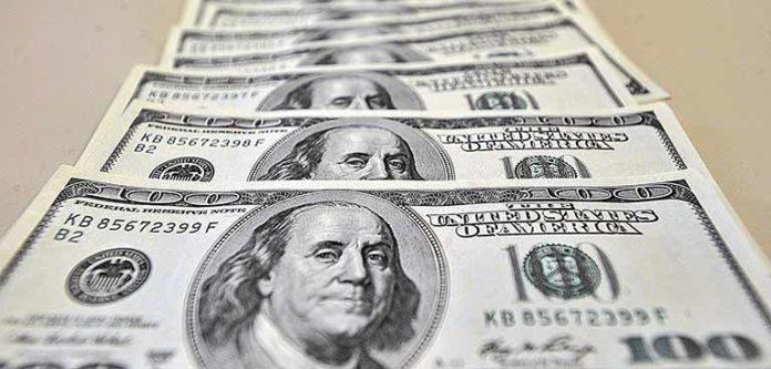 Dólar devolve quase toda queda em sessão