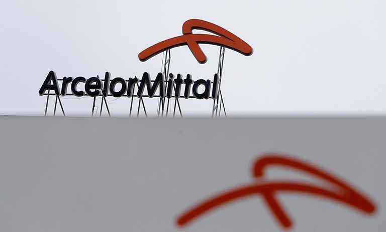 Logo da empresa ArcelorMittal em metal sobre um prédio