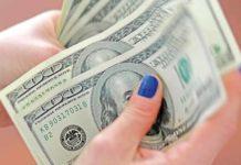 Em meio a epidemia, dólar valorizado divide mercado