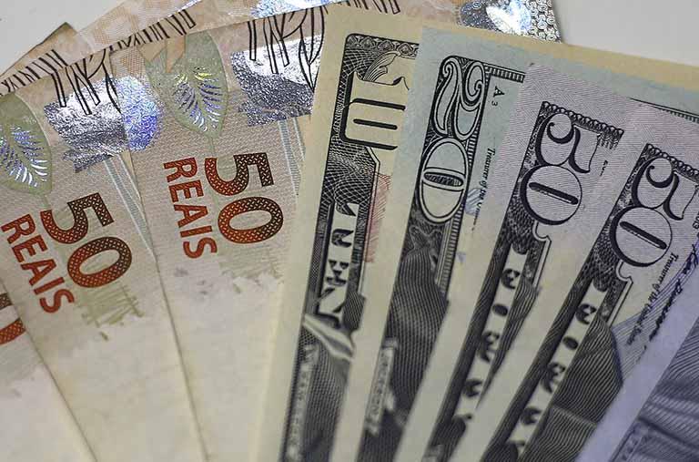 Dólar bate novo recorde depois de superar R$4,50 com tensão externa por coronavírus