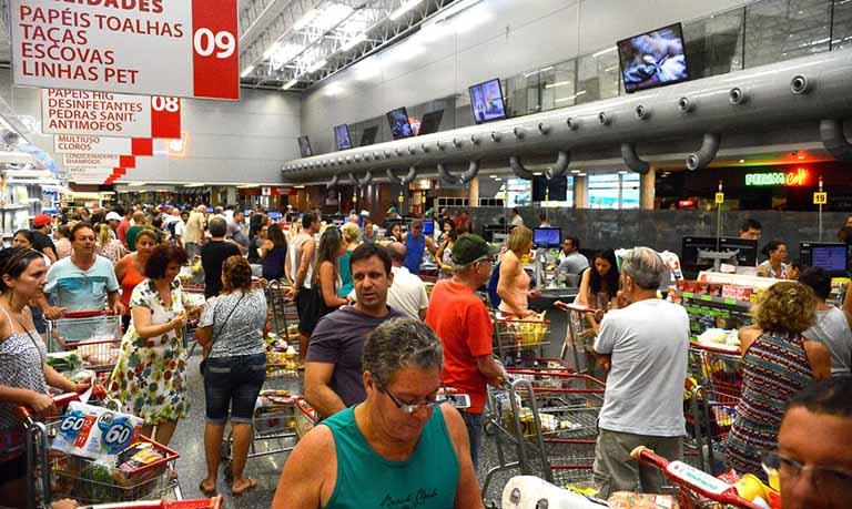 O Índice de Preços ao Consumidor Semanal (IPC-S) de 22 de fevereiro de 2020 variou 0,17%, ficando 0,19 ponto percentual (p.p) abaixo da taxa registrada na última divulgação, que foi de 0,36% no último dia 15. Todas as sete capitais pesquisadas registraram queda em suas taxas de variação. O indicador calculado pelo Instituto Brasileiro de Economia da Fundação Getulio Vargas (IBRE/FGV) foi divulgado hoje (27). As capitais pesquisadas são Rio de Janeiro, São Paulo, Salvador, Belo Horizonte, Porto Alegre, Recife e Brasília. Segundo o indicador, nesta apuração, sete das oito classes de despesa componentes do índice registraram decréscimo em suas taxas de variação. A maior contribuição partiu do grupo educação, leitura e recreação (1,63% para 0,69%). Também registraram queda em suas taxas de variação os grupos: transportes (0,32% para 0,07%), habitação (0,02% para 0,15%), despesas diversas (0,30% para 0,16%), alimentação (0,39% para 0,30%), saúde e cuidados pessoais (0,37% para 0,33%) e comunicação (0,08% para 0,02%). No entanto, o grupo vestuário (0,17% para 0,22%) apresentou avanço em sua taxa de variação.
