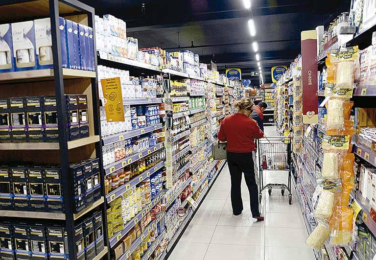 Pessoas em um corredor de supermercado
