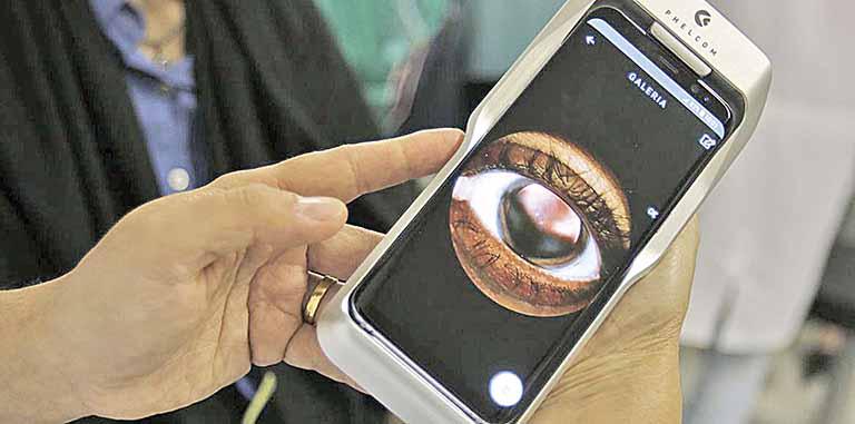 O Dr. Flávio Medina realiza exame de fundo de olho com um retinógrafo portátil | Crédito: Tânia Rêgo / ABr