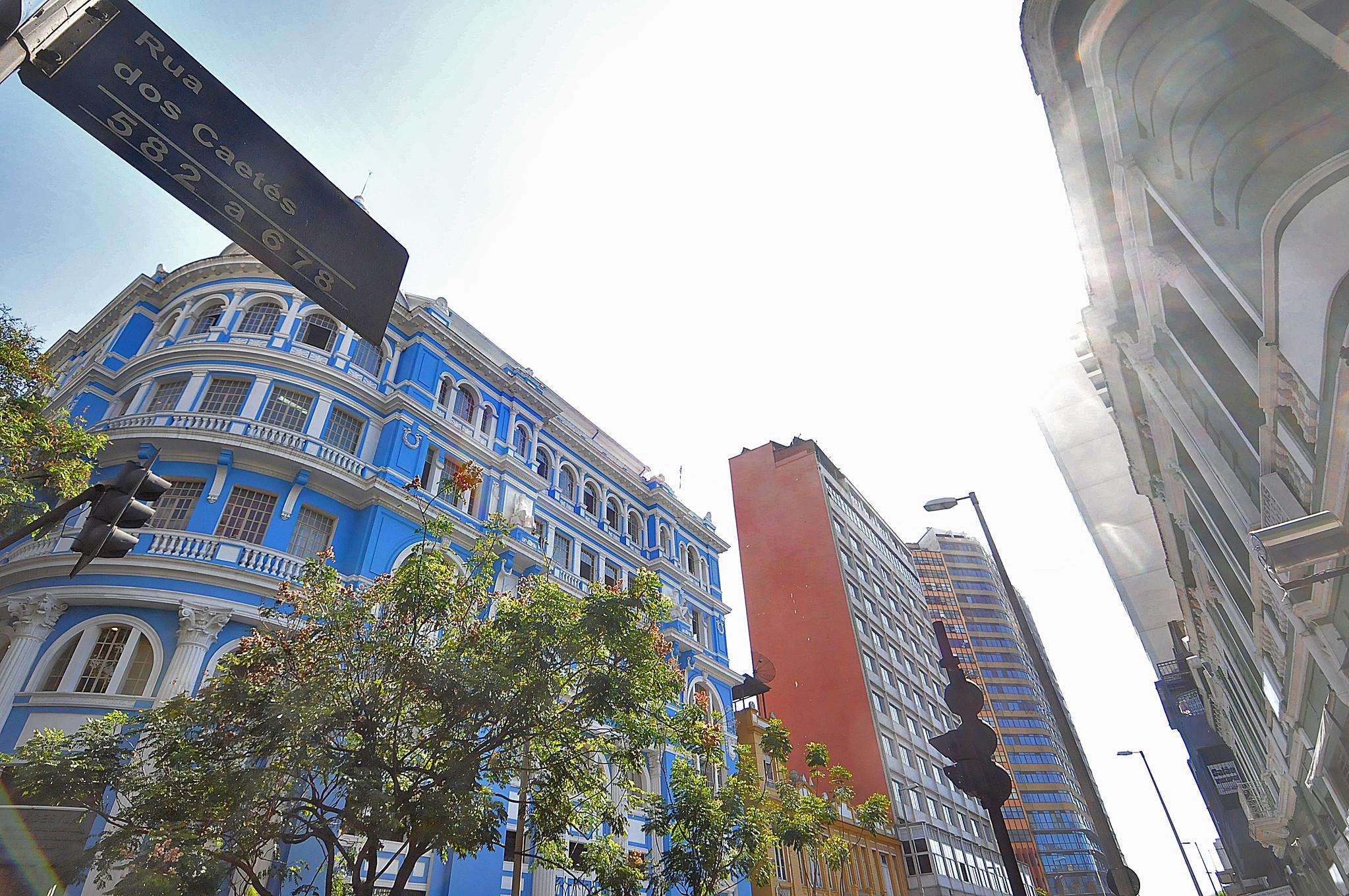 Prédios nas cores azul e laranja no centro da Belo Horizonte