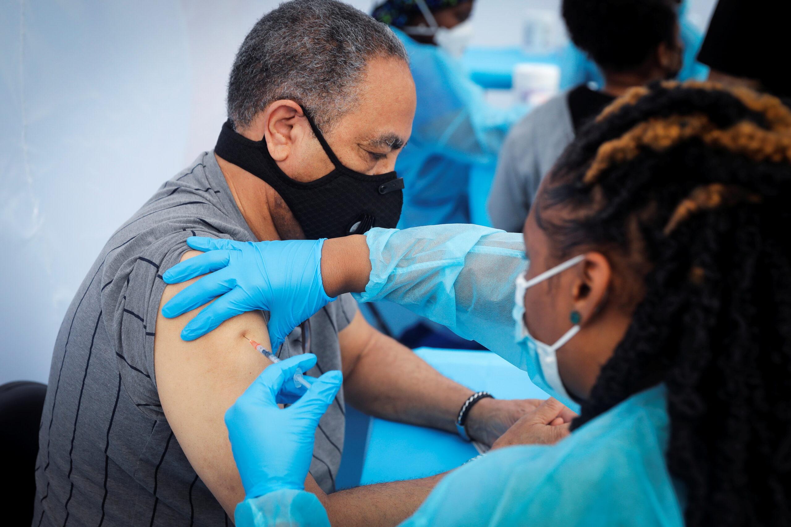 Homem recebe vacina contra Covid-19