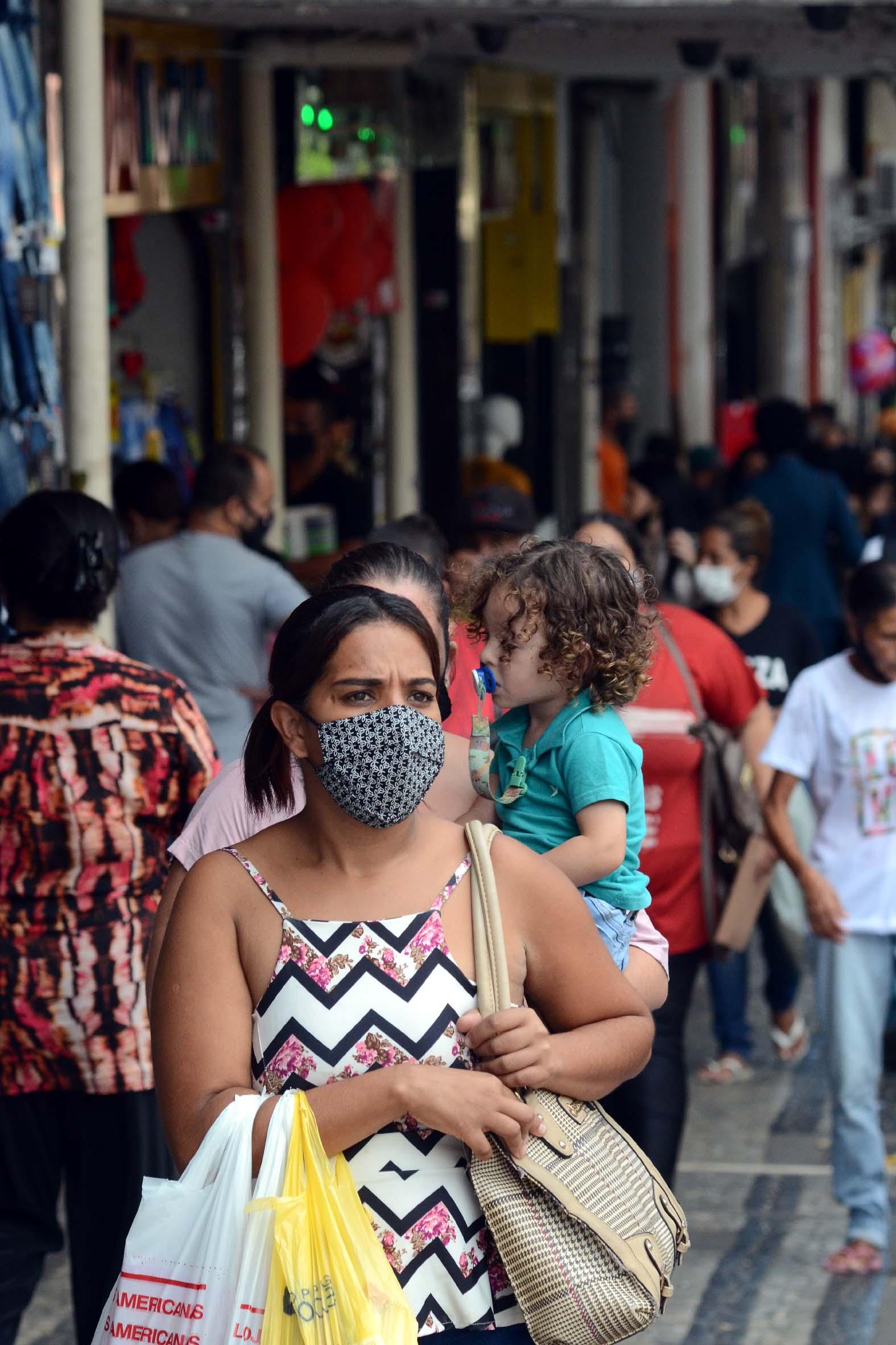 Consumidores fazem compras em rua comercial de Belo Horizonte