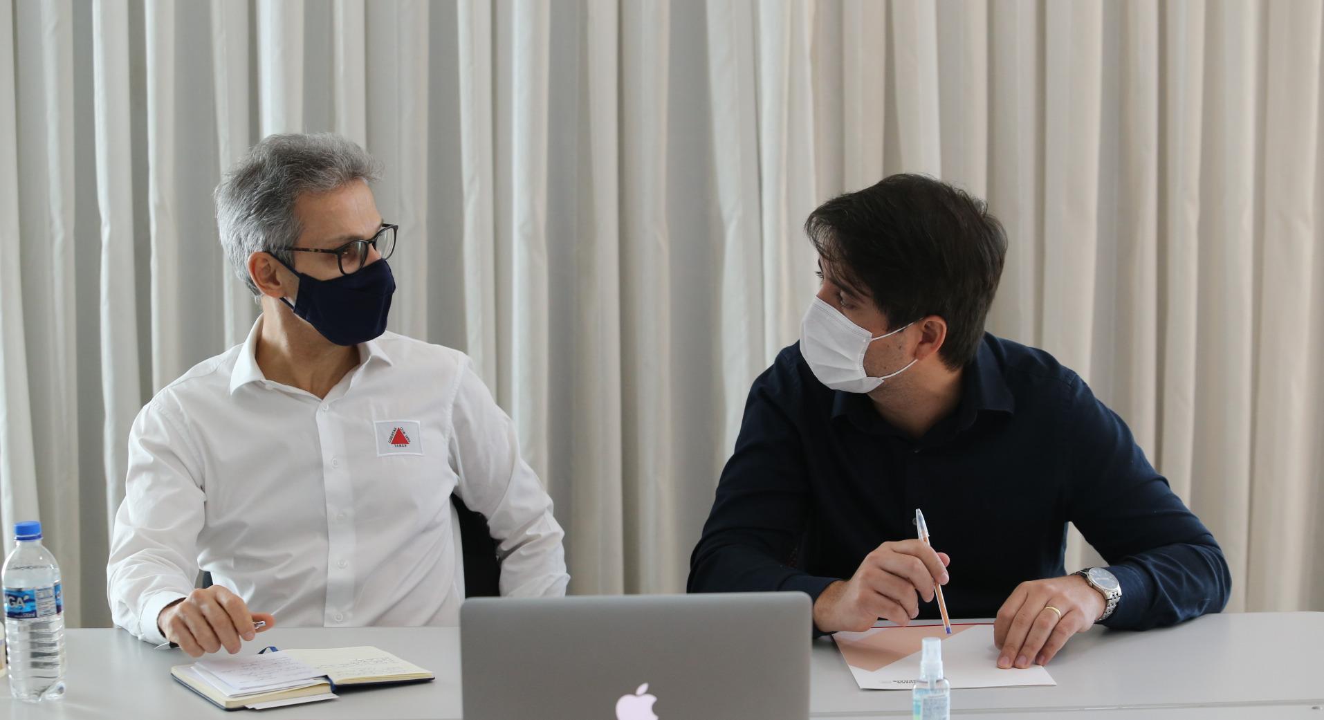 Governador Romeu Zema, em reunião com o Secretário de Estado de Saúde, médico Fábio Baccheretti