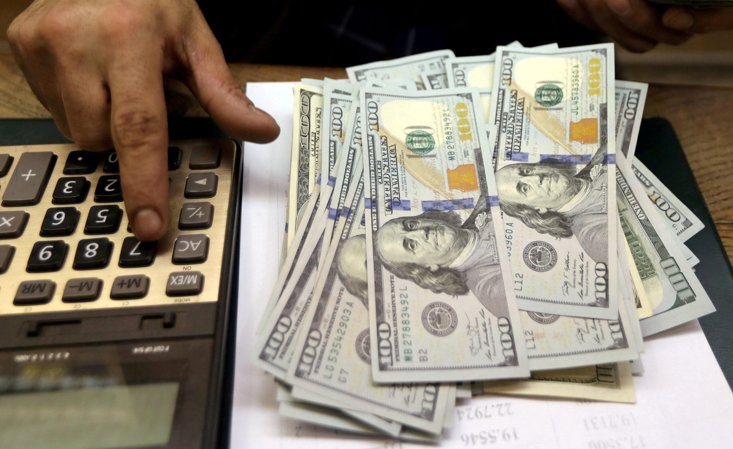 Notas de dólares em cima de uma mesa