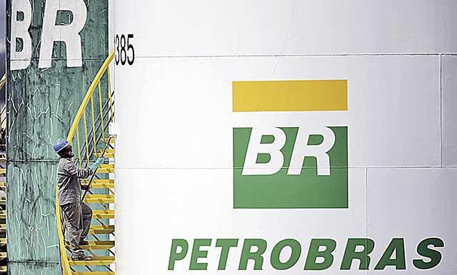 Homem próximo ao logotipo da Petrobras