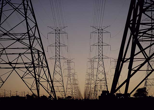 Linhas de energia conectando torres de eletricidade de alta tensão, em Brasília