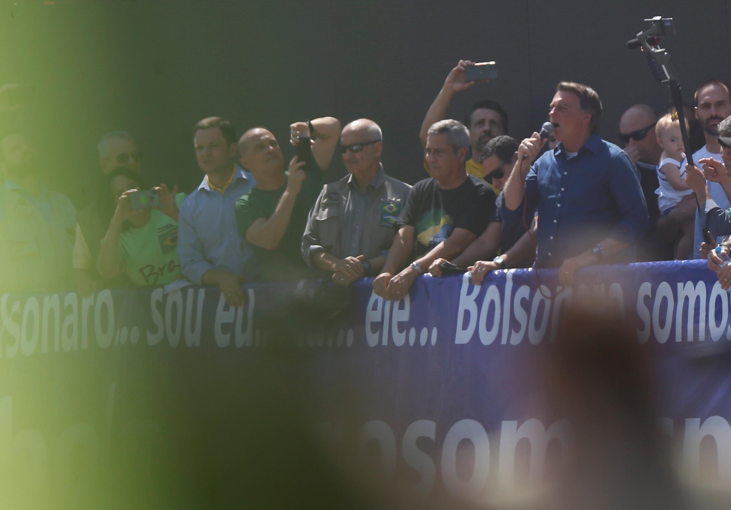 Presidente Jair Bolsonaro discursa para apoiadores em Brasília