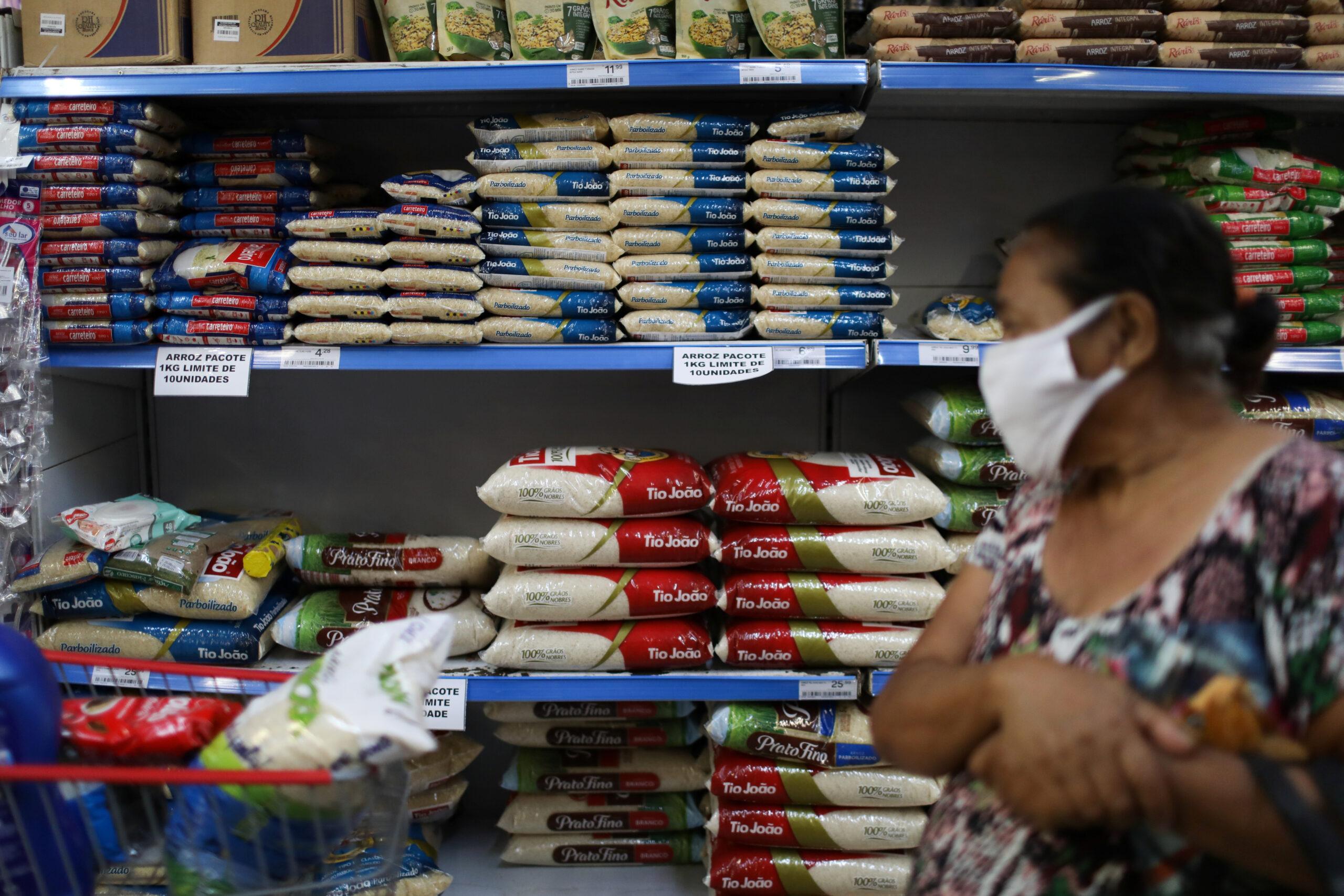 Consumidora faz compras em supermercado do Rio de Janeiro