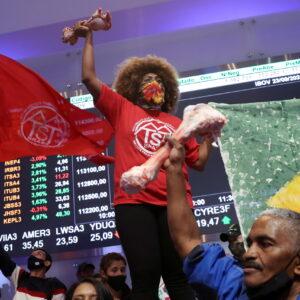 Manifestantes do MTST na B3, na véspera