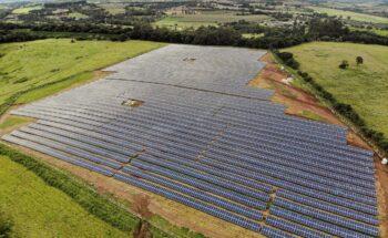 Vista aérea de uma fazenda solar