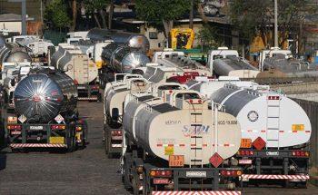 Cerca de 1.500 transportadores de combustíveis fizeram uma concentração ao lado da Regap | Crédito: Alisson J. Silva - ARQUIVO DC